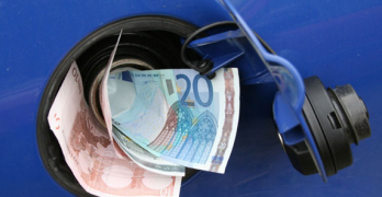 Prezzo benzina: l'accisa se magna tutto
